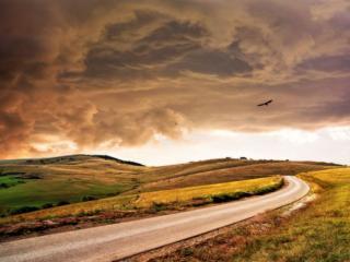 обои Дорога и хмурое небо фото