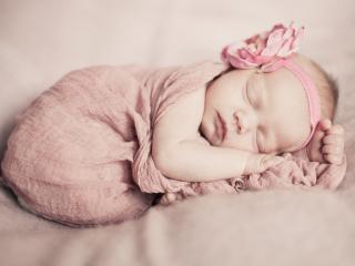 обои Малышка в марле розовой фото