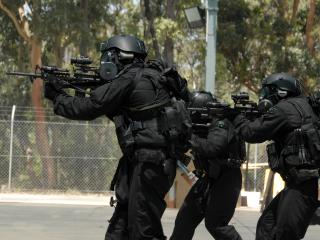обои Солдаты в черном с снаряжениeм фото