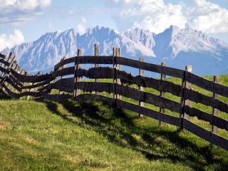 обои Забор деревянный на лугах в горах фото