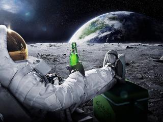 обои Космонавт с бутылкой пива фото