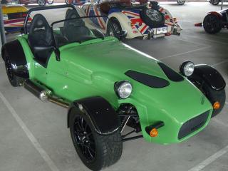 обои Зелёная гоночная машина фото