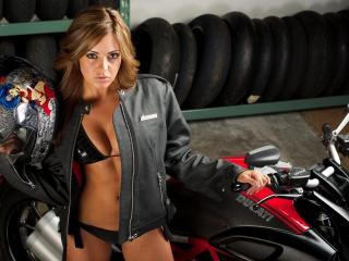 обои Девушка со шлемом у мотоцыклa фото