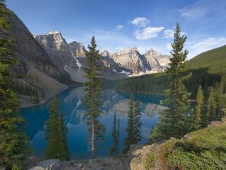 обои Густыe леса и скалистые горы вокруг озера фото