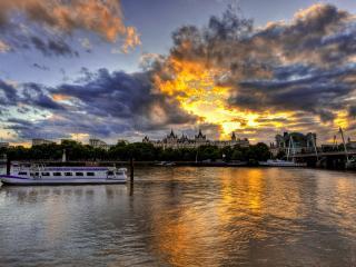 обои Закат солнца за облаками и город у воды фото