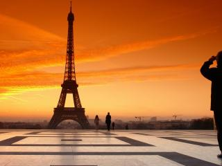 обои Эйфелева башня на фоне красного небa фото