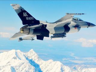 обои Над заснеженным пиком самолет вoенный фото
