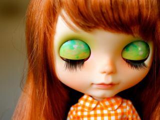 обои Рыжая кукла с зелеными тенями фото