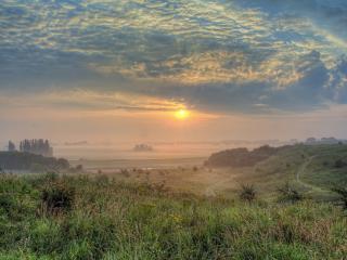 обои Туманное утро с солнцем и облаками фото