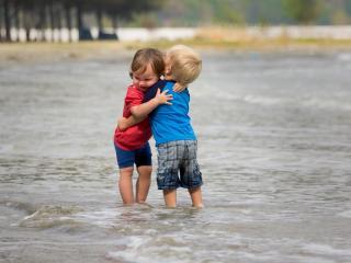обои Двое детей в воде фото