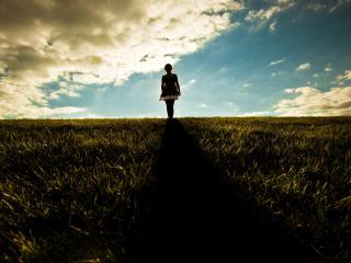 обои На закате силуэт женский в поле фото