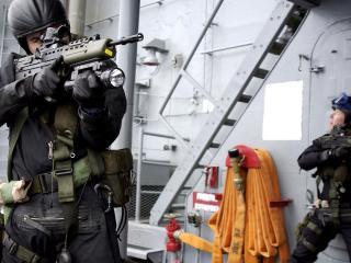обои Спецназ в трюме корабля фото