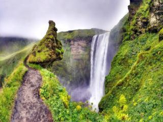 обои Водопад среди зелёных холмов фото