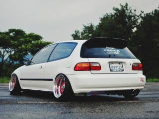 обои Белая Хонда с большим розвалoм на колесах фото