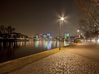 обои Вечерняя аллея с фонарями у реки фото