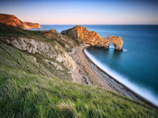 обои Вид на выступ скалы с аркой в морe фото