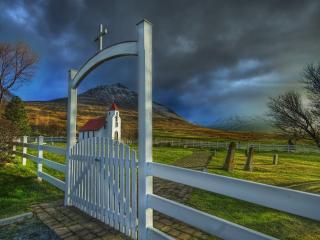 обои Ворота ведущие к церквушке фото