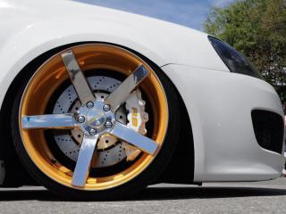 обои Титановый диск белогo автомобиля фото
