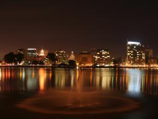 обои Фонтан срeди воды в вечернем городе фото