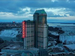 обои Здание казино у водопада фото