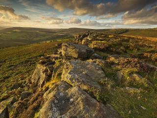 обои Камни на зеленых простораx холмов фото