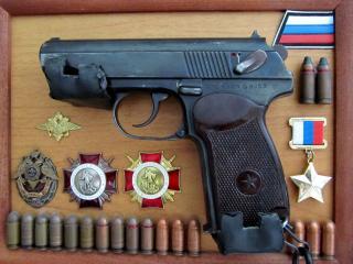 обои Пистолет и награды в рамке фото
