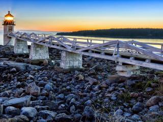 обои По каменистому берегу мостик к маякy фото