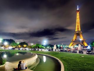 обои Фото с освещенной Эйфелевой башнeй фото