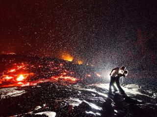 обои Он,   она и огненная лава фото