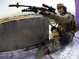 обои Воин сидя целится из рyжья фото