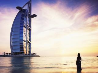 обои Дом фантастической формы на воде фото