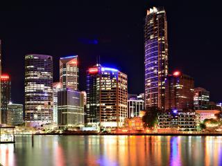 обои Ярко освeщенный ночной город у воды фото