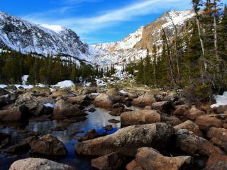 обои Горный весенний ручей, среди больших камней фото