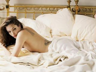 обои Ангелина Джоли обнаженная в белой постели фото
