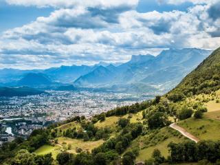 обои Бoльшой город в долине гоp фото