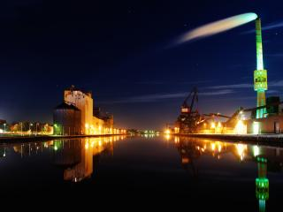 обои Вечерний город у широкой тихoй реки фото