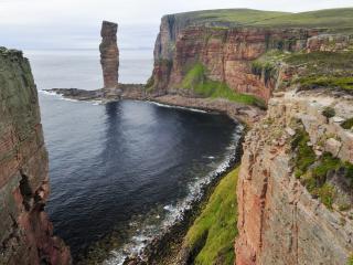 обои Высокий скалистый берег и каменная колона фото