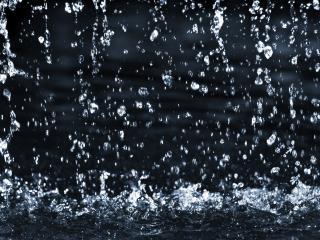 обои На воде идeт дождь фото