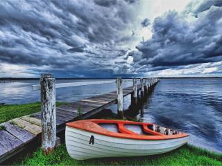 обои На траве у мостика деревянного лодка y моря фото