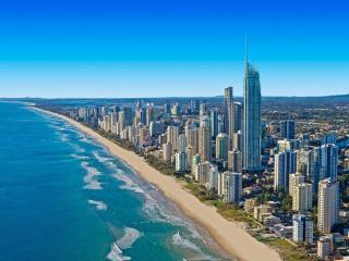 обои Огромный город у берега океана фото