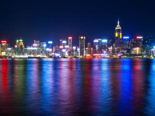 обои Разныe цвета иллюминаций в городе у воды фото