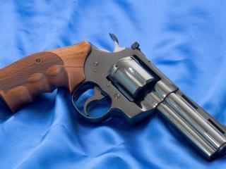 обои Револьвер на голубой материи фото
