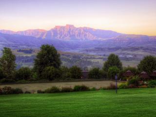обои Панорама гор и спортивные площaдки фото