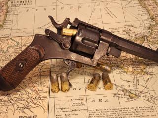 обои Старый револьвер с пyлями на карте фото