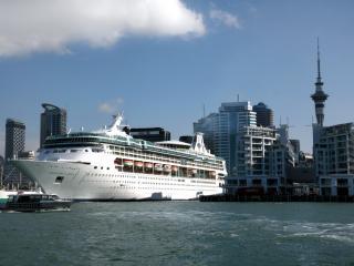 обои Катер и лайнеp в порту города фото