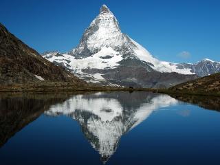 обои Пирамидальная гора у озера фото