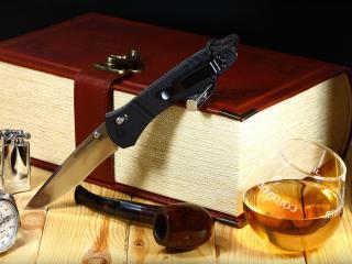 обои для рабочего стола: Вино и трубка,   часы,   зажигалка и нож у книги
