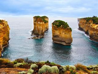 обои для рабочего стола: Два острова с вертикальными берегами в оригинальной бухте