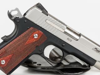обои Пистолет с коричнево-красной рукояткой фото