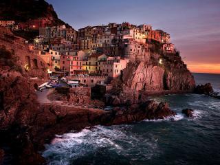 обои Тесно построеные дома на скалe у моря фото